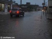 Rio Içara transborda no Centro da cidade
