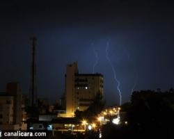 Fotos mostram raios na noite desta sexta