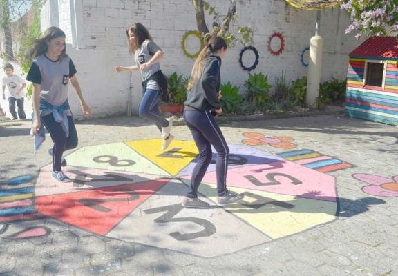 Escola Augusta Scotti Bacis fornece tinta para alunos criarem amarelinha
