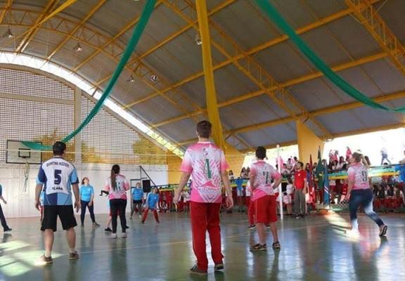 Estudantes estreiam nova quadra poliesportiva no bairro Jardim Elizabete
