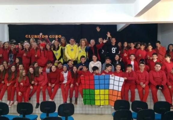 Oficina de cubo mágico prepara estudantes para competições